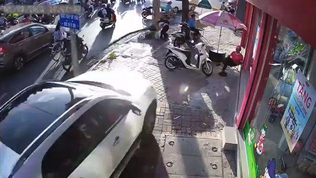 [動画1:07] 女性ドライバー、歩道を暴走し歩行者をはねる