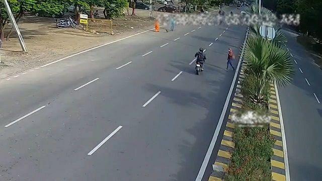 [動画0:41] 交通量の多い道路を横断する女性、バイクにはね飛ばされる・・・