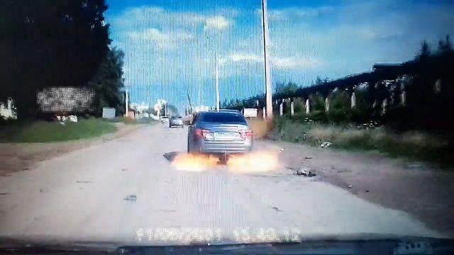 [動画1:02] 走行中の車、ガス爆発を起こす