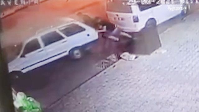[動画0:31] 無人で動き出した車、体を張って止める男性たち