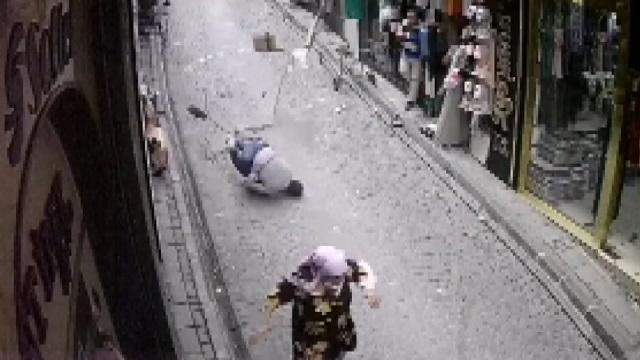 [動画1:13] エアコン設置中の男性、路地に転落