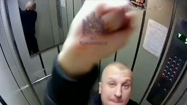 [動画1:31] ロシア人の男、エレベーター内での奇行が怖い