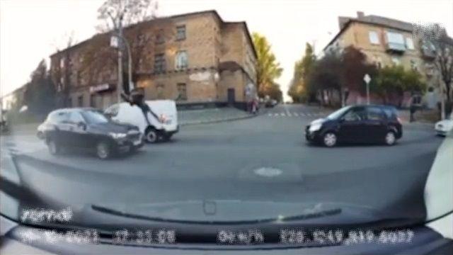 [動画1:18] 撥ね飛ばされた男性、対向車に直撃
