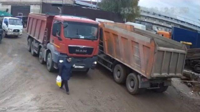 [動画1:33] トラックの前を歩く女性・・・、ブシャーってなってしまう・・・