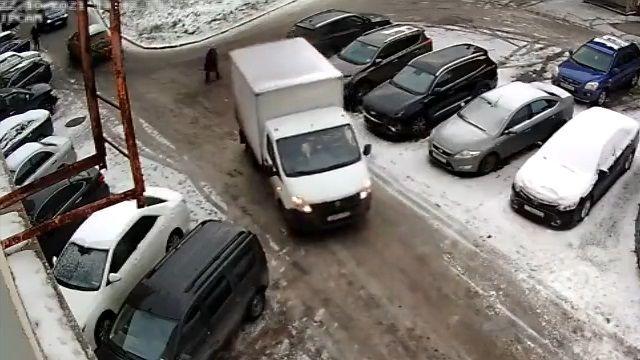 [動画0:30] 高齢女性、バックしてきたトラックに轢かれる