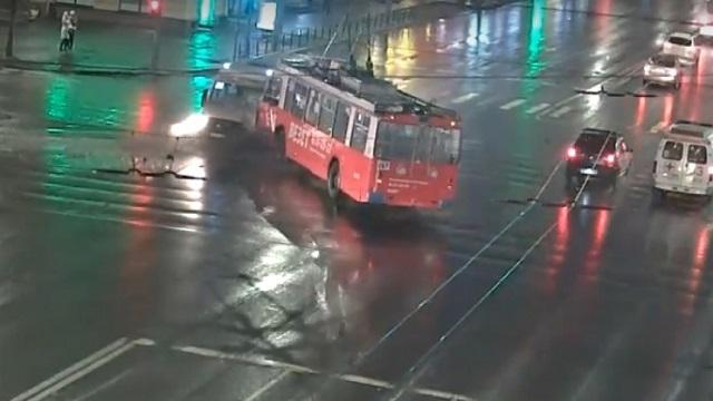 [動画0:53] トロリーバス、やらかす