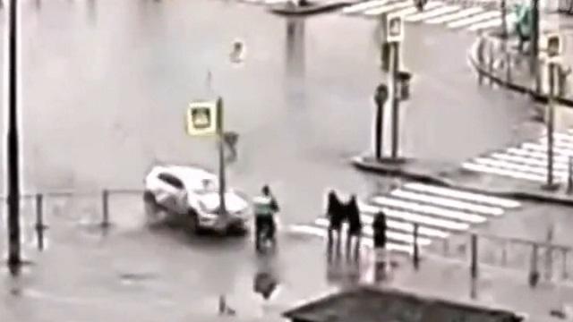 [動画0:49] 左折車、信号待ちの歩行者に突っ込む